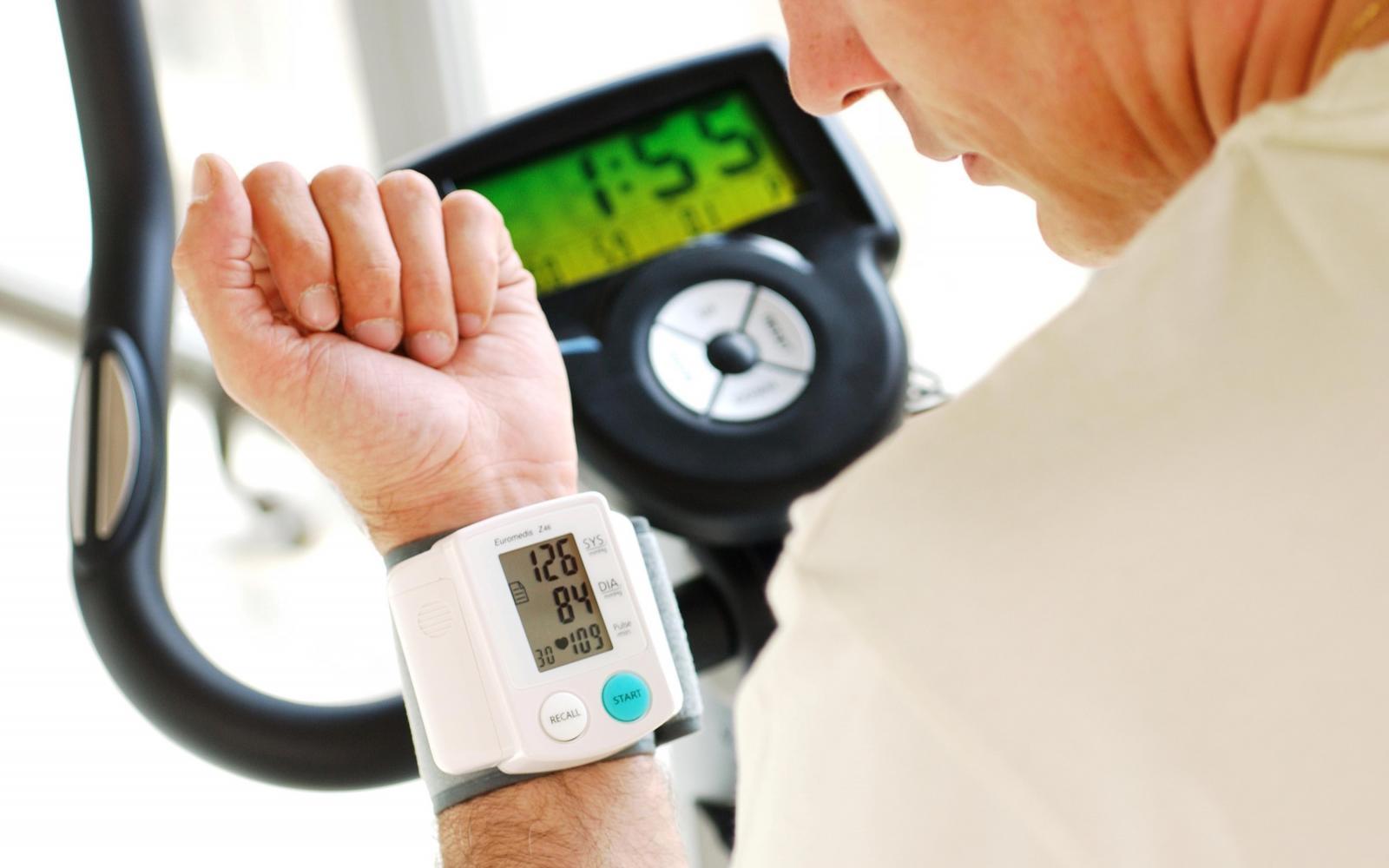 a magas vérnyomás mondat vagy sem magas vérnyomás esetén súlyzókat végezhet